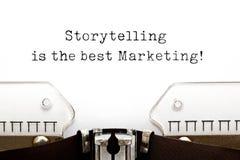Historieberättandet är bästa marknadsföra på skrivmaskinen royaltyfria bilder