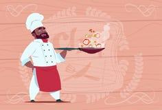 Historieta afroamericana de Holding Frying Pan With Hot Food Smiling del cocinero del cocinero en el uniforme blanco del restaura libre illustration