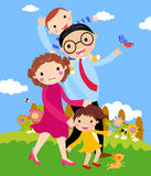 Historieta de la familia feliz que recorre al aire libre con el perro. Imagenes de archivo