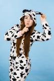 Historieta de los pijamas de la mujer que lleva que hace la cara tonta Imagenes de archivo