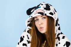 Historieta de los pijamas de la mujer que lleva que hace la cara tonta Imagen de archivo