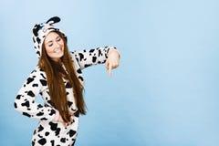 Historieta de los pijamas de la mujer que lleva que señala abajo Fotografía de archivo