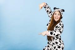 Historieta de los pijamas de la mujer que lleva que señala abajo Imagen de archivo libre de regalías