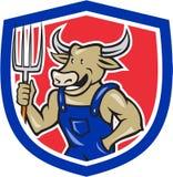 Historieta del escudo de Cow Holding Pitchfork del granjero Foto de archivo