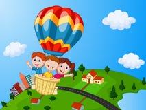 Historieta feliz de los niños que monta un globo del aire caliente libre illustration