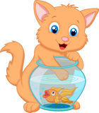 Historieta Kitten Fishing para los pescados del oro en un cuenco del acuario Imagenes de archivo