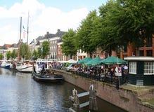 Historisch boten en terras in Groningen En gemaakt tot deze kleine stad voel grote groter Stock Foto