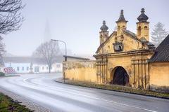 Historisch centrum op een mistige de winterdag Guntersdorf, Lager Oostenrijk stock afbeeldingen