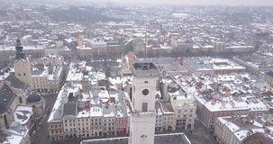 Historisch centrum van Lviv-stad in de winter van hierboven stock footage