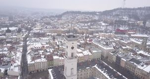 Historisch centrum van Lviv-stad in de winter van hierboven stock video