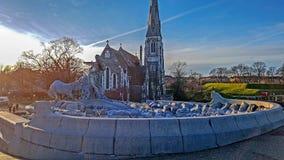 Historisch die Gefion Fountain in 1908 door St Alban kerk in Kopenhagen in Denemarken wordt geopend, populair toeristengezicht royalty-vrije stock foto