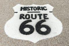 Historisch die Route 66 -teken op voorhof van Texaco garage wordt hersteld bij Stock Afbeeldingen