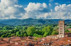 Historisch het centrumpanorama van Luca met wolken en bergen Stock Afbeeldingen
