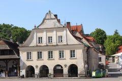 Historisch huis van Kazimierz Dolny door de Vistula-rivier, Polen Stock Afbeeldingen
