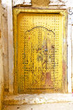 Historisch im antiken Gebäudetürgelb Stockbilder