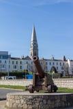 Historisch kanon bij de kust van Dublin Bay in Dún Laoghaire, Ire stock foto's