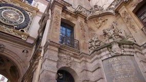 Historisch klok en beeldhouwwerk in Rouen, Normandië Frankrijk, PAN stock videobeelden
