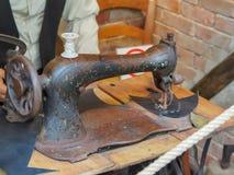 Historisch naaimachine oud museum stock afbeelding