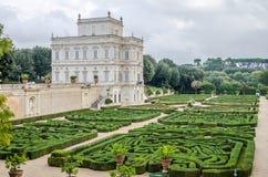 Historisch, ontwerpen een belangrijk architecturaal kasteel van het de bouworiëntatiepunt met tuin en bloemen en de struiken lads royalty-vrije stock fotografie