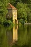 Historisch oud pomphuis op rivierbanken Royalty-vrije Stock Foto