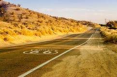 Historisch Route 66 met Bestratingsteken in Californië Stock Foto's