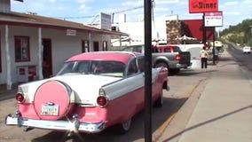 Historisch roze Cadillac stock videobeelden