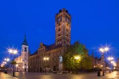Historisch stadscentrum in Torun Standbeeld van astronoom Nicolaus Copernicus en het Stadhuis Torun, Polen stock foto