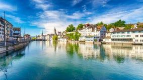 Historisch stadscentrum van Zürich met beroemde Fraumunster-Kerk en zwanen op rivier Limmat op een zonnige dag, Zwitserland Stock Foto's