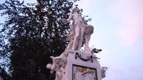 Historische aantrekkelijkheid, marmeren standbeeld van Mozart op stadscentrum stock video