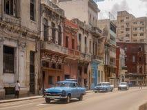 Historische Altbauten und ein blaues Auto der Retro- Weinlese in der Front in Kuba Havana Lizenzfreies Stockfoto