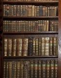 Historische alte Bücher in der alten Bibliothek Lizenzfreie Stockbilder