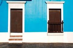 Historische alte San- Juan- Brown-Türen, blaue Wände Stockbild