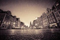 Historische alte Stadt des Kopfsteins im Regen nachts Wroclaw, Polen weinlese Lizenzfreie Stockbilder