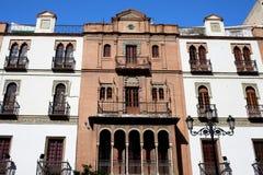 Historische Apartmenthäuser in Sevilla stockfoto