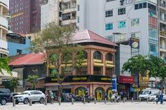 Historische architectuur die op de hoek van Nguyen Hue-straat voortbouwen royalty-vrije stock afbeelding