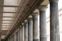 Historische Architektur, Spalten an der alten nationalen Galerie in ist lizenzfreie stockfotos