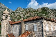 Historische Architektur und Berge lizenzfreie stockfotos