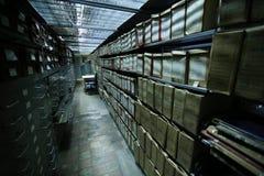 Historische Archive gestapelt in einer Ablagerung stockbild