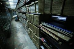 Historische Archive gestapelt in einer Ablagerung stockbilder