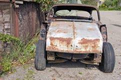Historische auto roestige bouw in straat stock fotografie