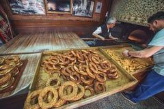 Historische Bäckerei in Karakoy Bäcker bei der Zubereitung von türkischen Bageln stockbild