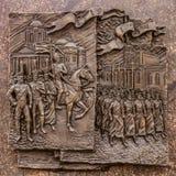 Historische bas-hulp in Belgorod de obelisk die van militaire glorie, militairen afschilderen die voor de oorlog in 1812 en 1914  Royalty-vrije Stock Foto's