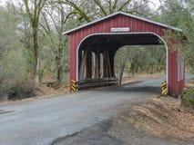 Historische behandelde brug in Noordelijk Californië Stock Afbeelding