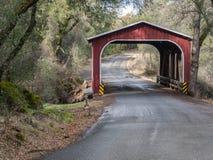Historische behandelde brug in Noordelijk Californië Royalty-vrije Stock Foto's