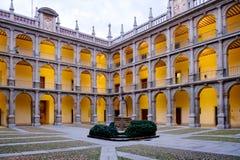 Historische binnenplaats van Spaanse universiteit van Alcala DE Henares, S Stock Foto's