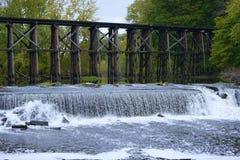 Historische Bockbrücke in frühem Autum in Hamilton, Michigan lizenzfreie stockfotografie