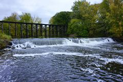 Historische Bockbrücke in frühem Autum in Hamilton, Michigan stockfotografie