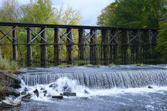 Historische Bockbrücke in frühem Autum in Hamilton, Michigan stockfotos