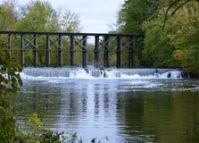 Historische Bockbrücke in frühem Autum in Hamilton, Michigan lizenzfreies stockbild