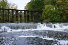 Historische Bockbrücke in frühem Autum in Hamilton, Michigan lizenzfreie stockbilder